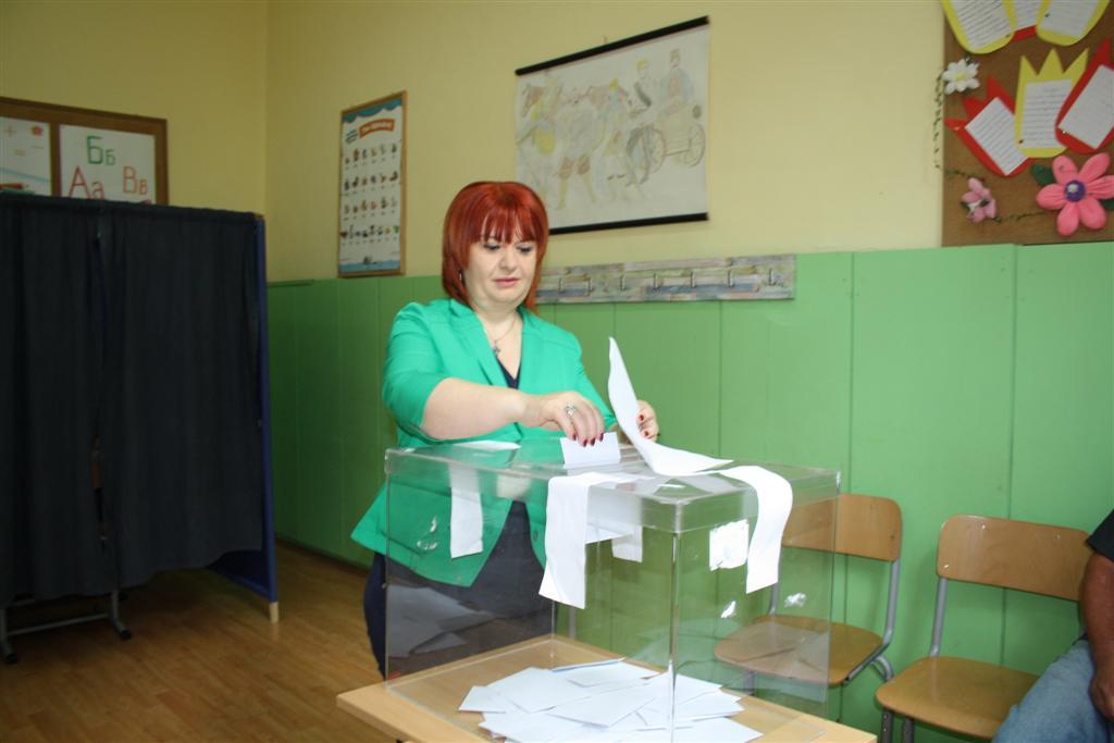 """Областният управител Гергана Микова гласува на Местния референдум за бъдещето на """"Бедечка"""""""