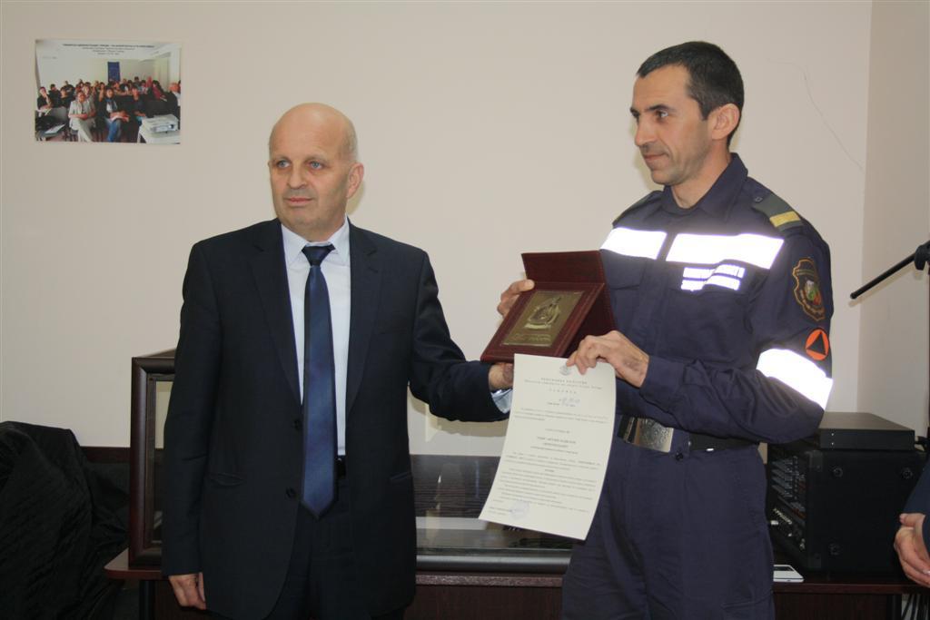 Областният управител инж. Ранов награди пожарникаря на годината Тодор Маджаров