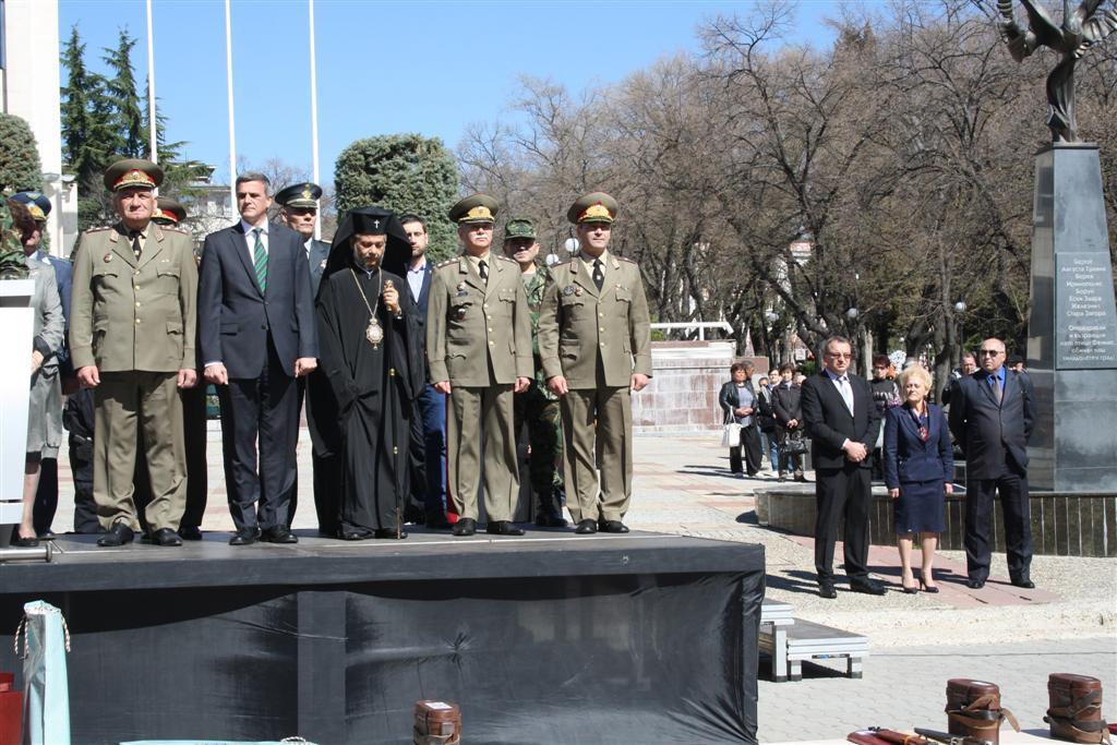 Областният управител проф. Веска Шошева и зам. областните управители Румяна Друмева И Димитър Драчев присъстваха на посрещането на 32-ия контингент от Афганистан