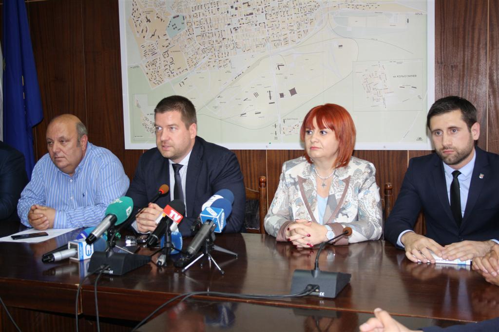 """Областният управител и кметът на Стара Загора дадоха пресконференция след референдума за кв. """"Бедечка"""""""